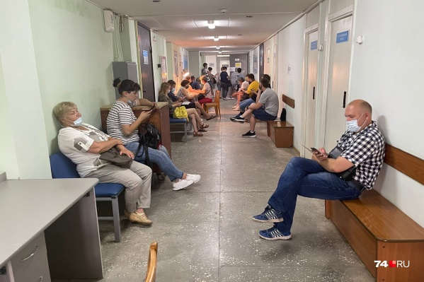 Такая очередь на прививку в воскресенье образовалась в одной из поликлиник на Северо-Западе Челябинска