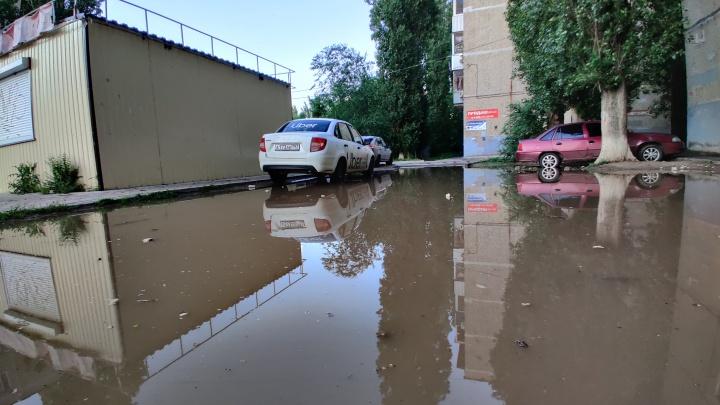 «Мы плыли по колено в воде»: смотрим, как превратились в реки улицы Волгограда