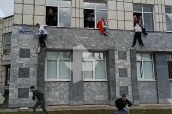 Студенты прыгают из окон, спасаясь от стрельбы