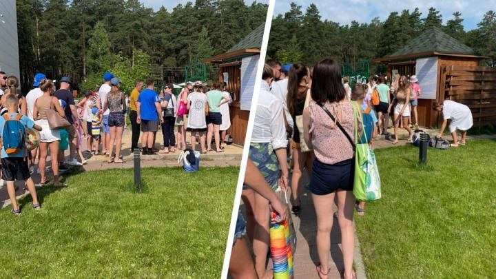 Под Новосибирском на входе в летний бассейн выстроилась огромная очередь