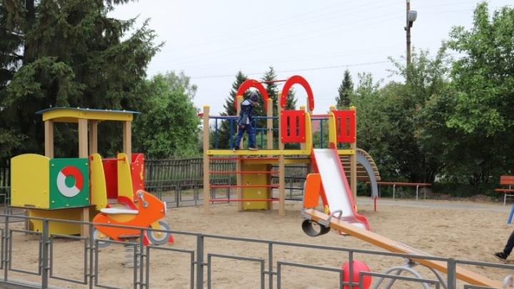 В Новотроицком впервые установили игровую зону с несколькими видами качелей и каруселей