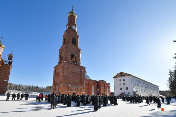 По словам защитников скандального экс-священника, на монастырь тратят больше <nobr>12 миллионов</nobr> рублей в месяц