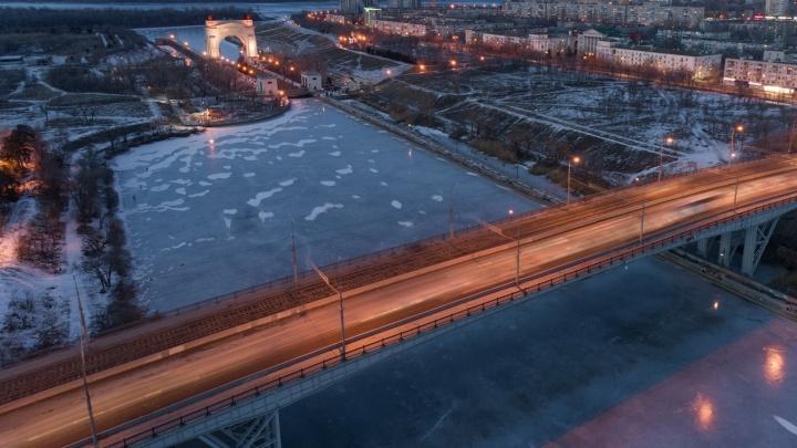 «Услышала только звук тела, ударившегося об лед»: на юге Волгограда упала с моста 17-летняя девушка