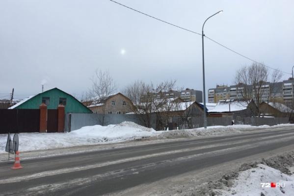 Ребенок переходил улицу вне пешеходного перехода на улице Избышева и попал в ДТП. Виновник скрылся с места аварии, затем его задержали