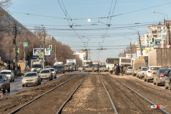 Участки дорог, которые пересекаются с трамвайными путями, быстро изнашиваются