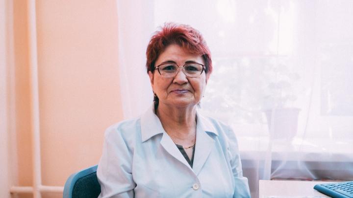 «Думаете, я на пенсию пойду? Не дождетесь!»: история 71-летней медсестры, которая работает с больными ковидом