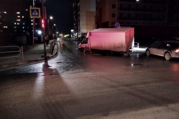 В Заозёрном «Газель» угодила в провал на дороге