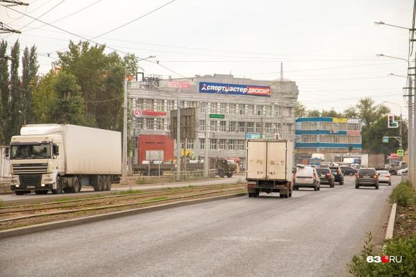 Заводское шоссе тянется от улицы Авроры до улицы Земеца и проходит через три района
