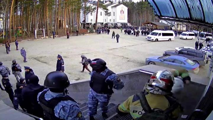 ОМОН, Росгвардия, полиция. Силовики начали штурм Среднеуральского женского монастыря