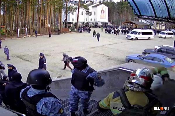 В монастырь приехало несколько десятков полицейских машин