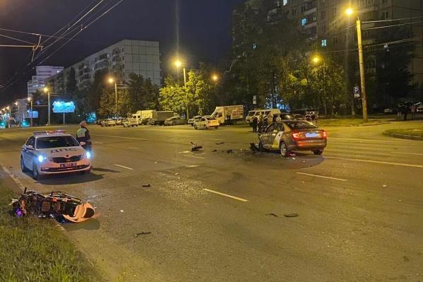 Водитель такси лишь немного выехал на встречку, увидев погоню, но этого хватило, чтобы стать фигурантом уголовного дела о смерти байкера