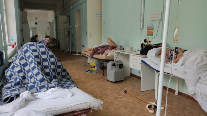 «Лежу в коридоре»: онкобольная сибирячка загремела с ковидом в госпиталь и рассказала, что там сейчас творится