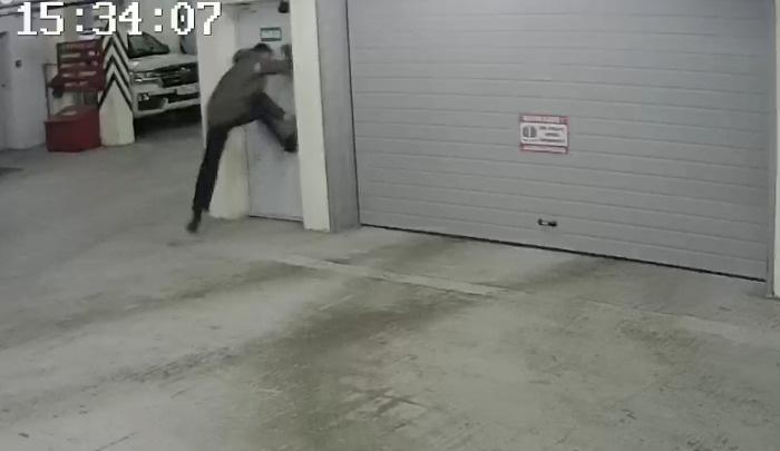 В Екатеринбурге похититель велосипедов попытался сбежать от охранника, выбил дверь из паркинга и попал на видео