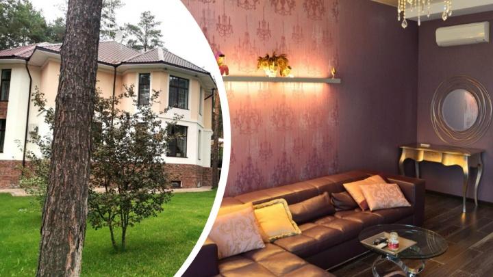 У соснового бора под Новосибирском продают огромный особняк с фиолетовой гостиной — фото дома за 39 млн