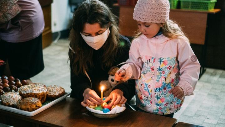 Омичи пришли в соборы освятить куличи к Пасхе: фоторепортаж