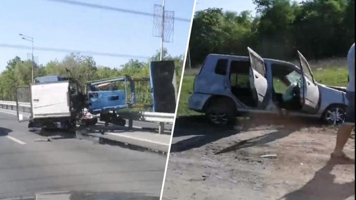 Легковушка — в кювете, трактор — на боку: появилось видео ДТП на Волжском шоссе