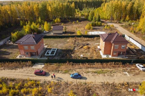 Поселок Новая Прага по госпрограмме появился в километре от Челябинска, но здесь, как в глухой деревне, нет никаких сетей