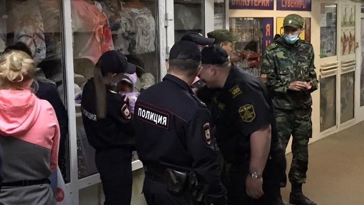 «Он уронил сумку, выпал топор»: у «Маяковского» мужчина угрожал жене и ребенку
