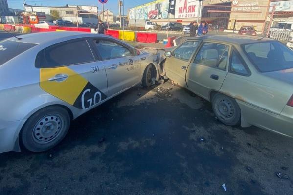 Авария произошла днем в среду напротив ТК «Маяк»