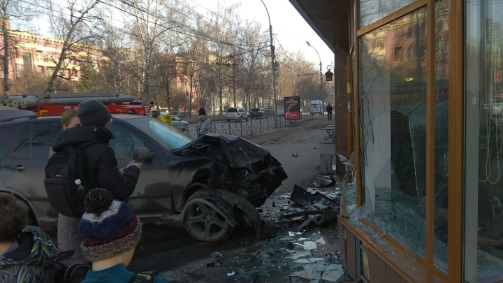 BMWX5 сбил двух пешеходов на тротуаре Красного проспекта и влетел в стену агентства недвижимости