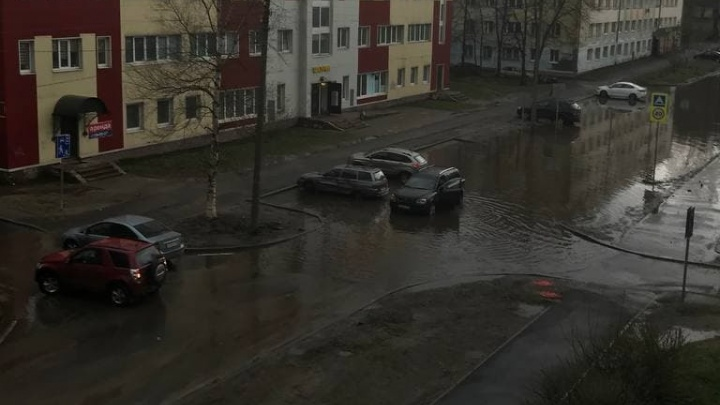 «Перекрыты подъезды к улицам»: в Ярославле после дождя затопило дорогу. Видео