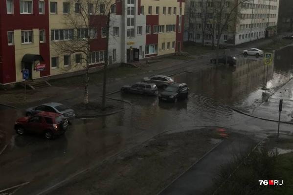 Дорогу в этом месте здесь затапливает каждый раз после дождя