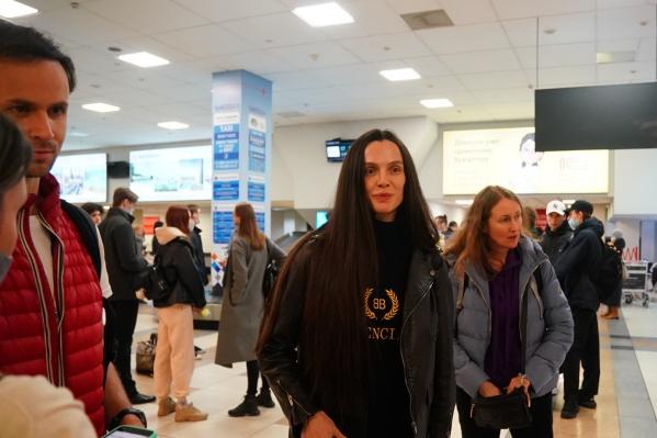 Артистов встретили в Толмачево