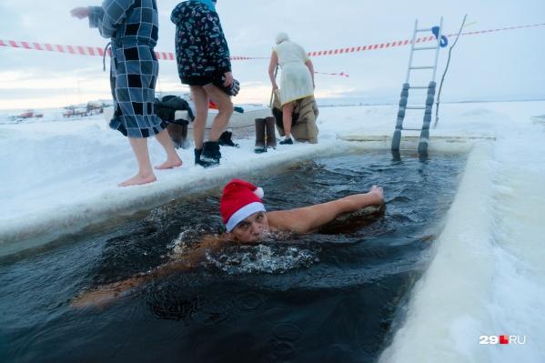 В отличие от тех, кто просто окунается в крещенскую ночь, архангельские моржи любят поплавать в холодной воде