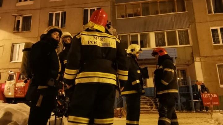 Появилось видео с места пожара в Уфе, где погибли трое человек, включая 12-летнего мальчика