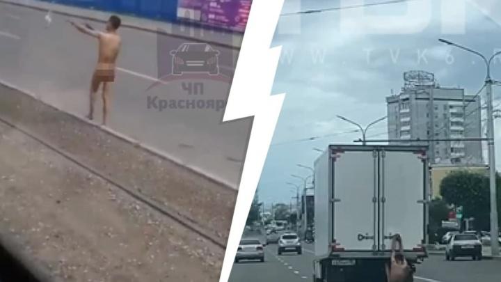 Голого парня заметили на улицах правобережья. Он как «Человек-паук» — лазил по кузову грузовика