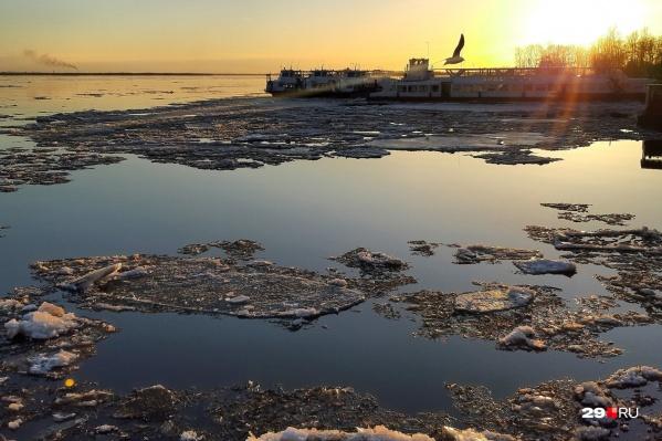 Уже вторые сутки в Архангельске по реке уходит лед