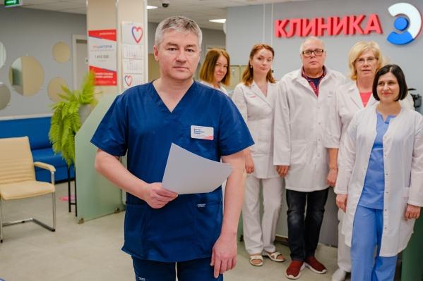 """Заведующий поликлиникой Виктор Кашин <nobr class=""""_"""">с сотрудниками</nobr>"""