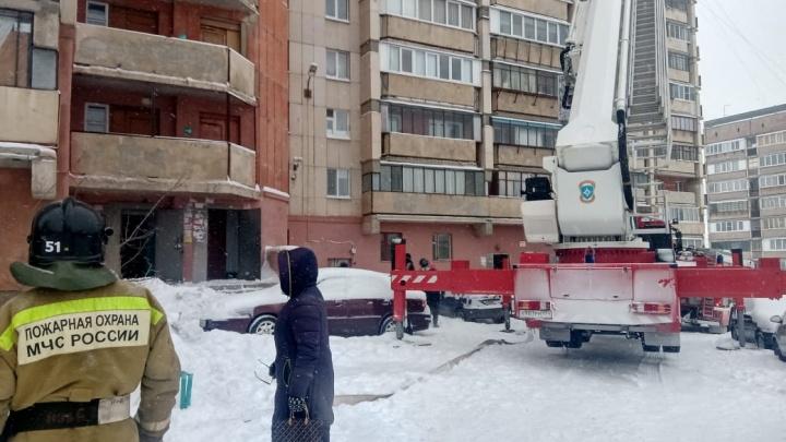 В высотке в Челябинской области вспыхнул электрокабель. Спасатели эвакуировали больше 60жильцов