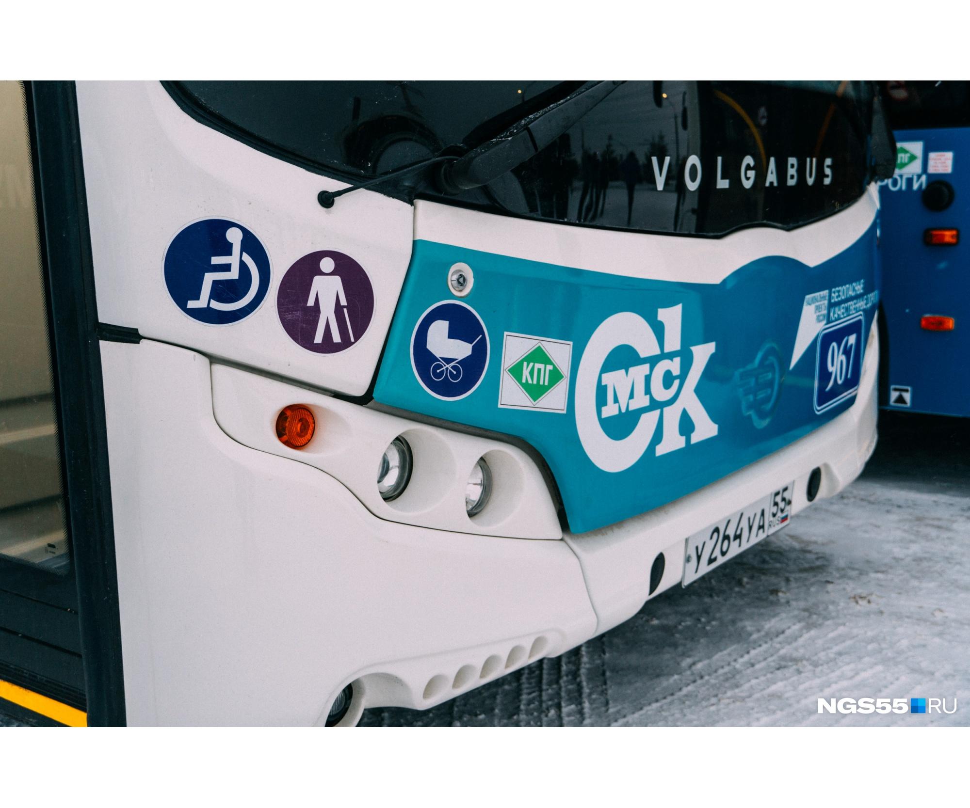 На передней части автобуса — информация обо всех его преимуществах: доступность для инвалидов, пожилых людей и детских колясок, а также работа на компримированном природном газе