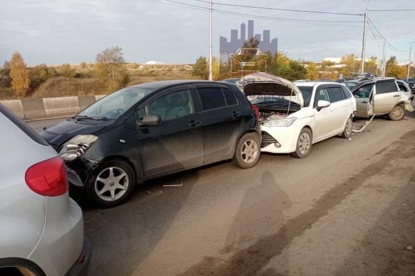 Из-за аварии до сих пор на дороге затор