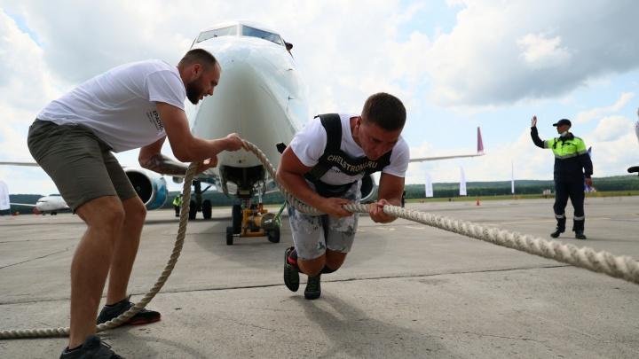Вместо буксира: силач протащил 65-тонный Boeing в красноярском аэропорту