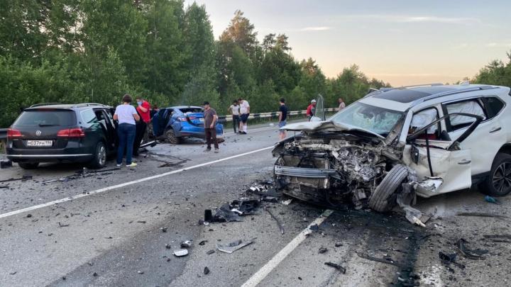 «Водителей пришлось доставать из салона». В Свердловской области на трассе произошло двойное ДТП
