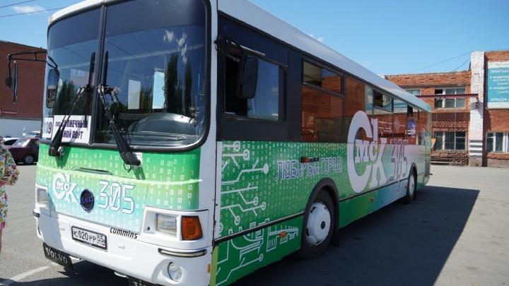 Автобусы из «Матрицы»: омский транспорт украсили символами Дня города