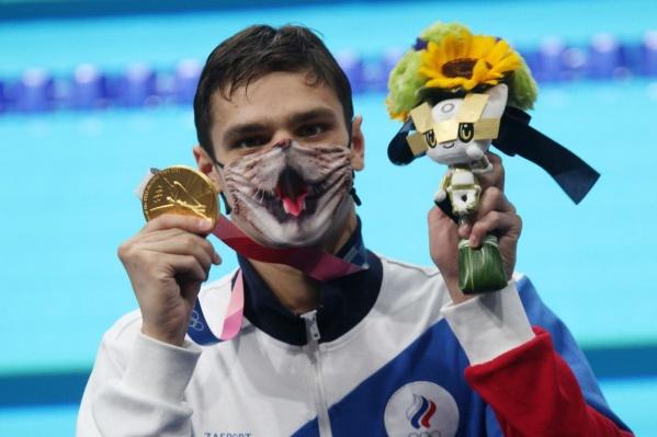 Олимпийский комитет запрещает пловцу Рылову стоять на пьедестале в маске с котиком. Поэтому спортсмен каждый раз меняет обычную маску на любимую после награждения