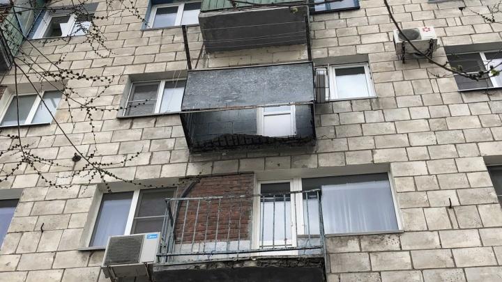 «Взяли подписи и просили не выходить»: в Волгограде пенсионерка вместе с балконом рухнула с четвертого этажа