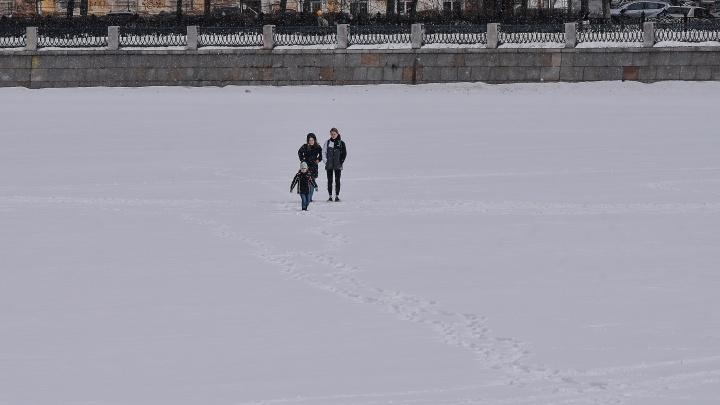 Город смелых. Екатеринбуржцы разгуливают по тонкому льду, несмотря на запрет МЧС