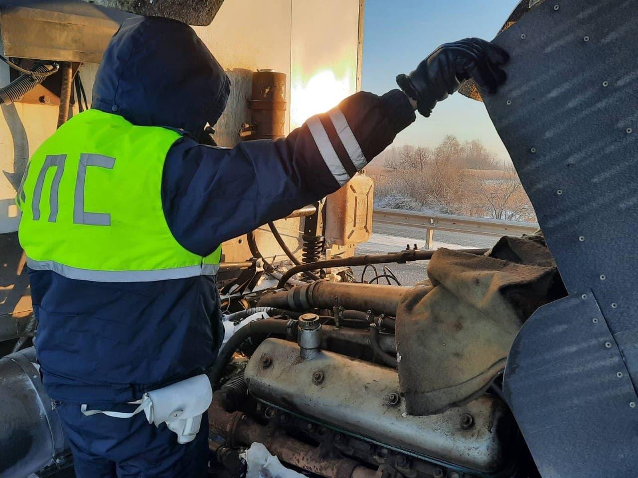 Инспекторы помогли водителю большегруза, застрявшему на трассе