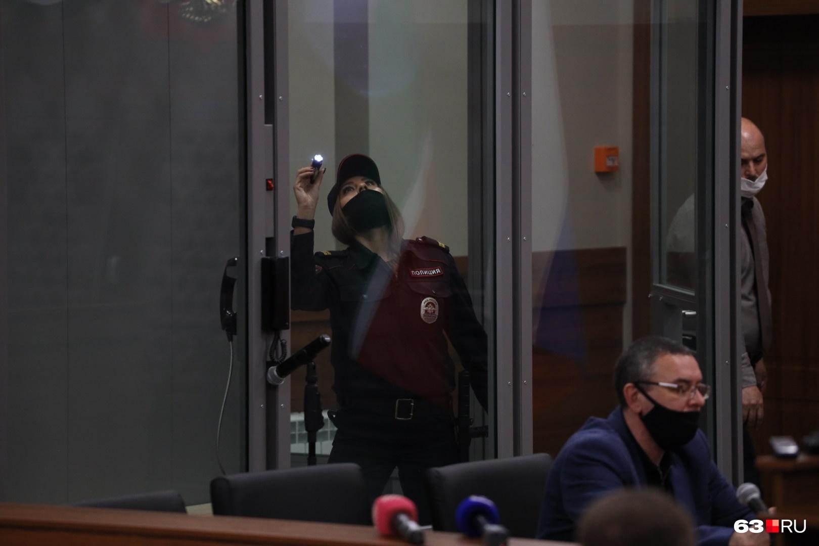 Перед тем как завести в зал суда стрелка, «аквариум» проверили с фонариком
