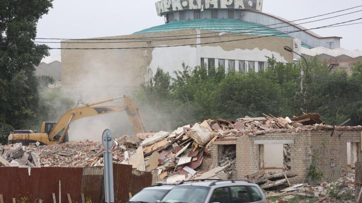 В Челябинске спустя четыре месяца после начала работ снесли цирковое общежитие