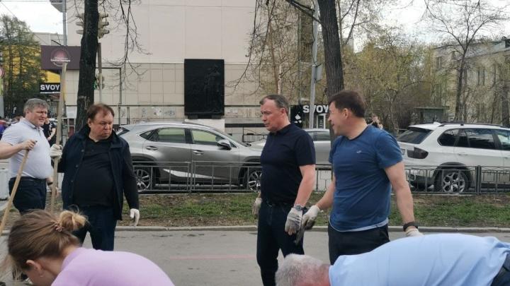 «Вообще всё загадили — решили восстановить»: в Екатеринбурге мэр и губернатор внезапно вышли делать клумбу в центре города