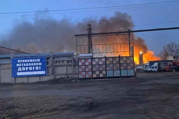Площадь пожара увеличивается