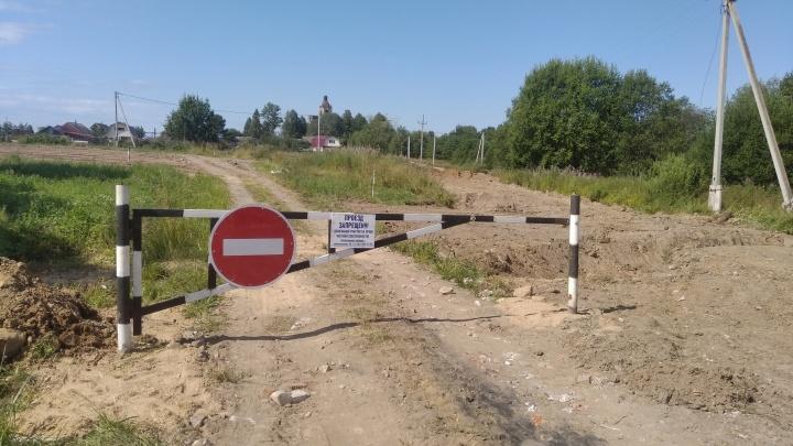 Житель Ярославской области купил участок вместе с дорогой и перекрыл въезд всей деревне