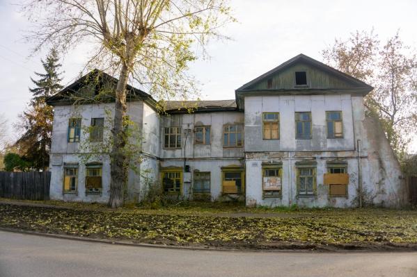 В здании уже несколько лет никто не живет