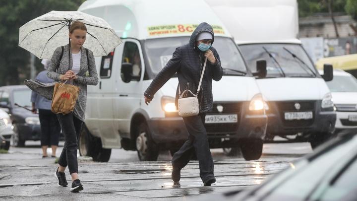 «Аномальный ливень? Это первый летний дождь»: улицы Волгограда залило потоками воды