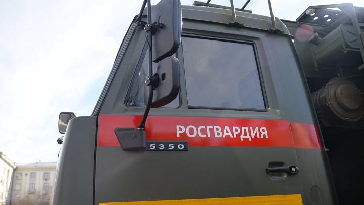 В Екатеринбурге росгвардейцы поймали парней, избивших 37-летнего продавца